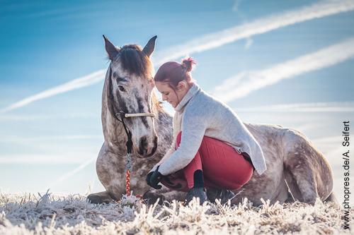 """Emma mit ihrem Wallach hat 2016 die Weihnachtsaktion """"Verschenke Zeit mit Pferden"""" unterstützt. 2017 muss sie verletzungsbedingt pausieren."""