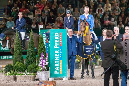 Siegerehrung, Christian Ahlmann gewinnt mit Ailina das Championat von Leipzig auf der Partner Pferd am 20.01.2018