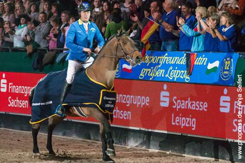 Ehrenrunde, Christian Ahlmann gewinnt mit Ailina das Championat von Leipzig auf der Partner Pferd am 20.01.2018