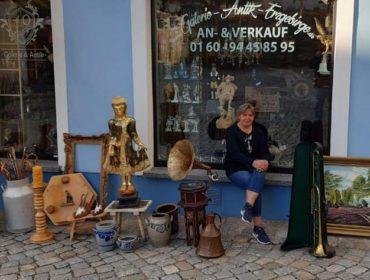 Galerie und Antik Erzgebirge, Andrea Franke verkauft antike Gegenstände rund ums Pferd