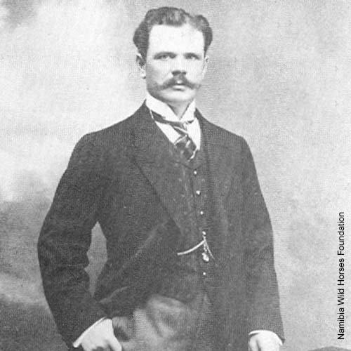 Emil Kreplin als junger Mann auf seinem Gestüt in Kubub bei Aus