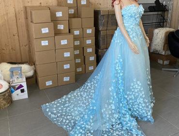 Hellblaues schulterfreies Kleid mit Schleppe für die Pferdefotografie